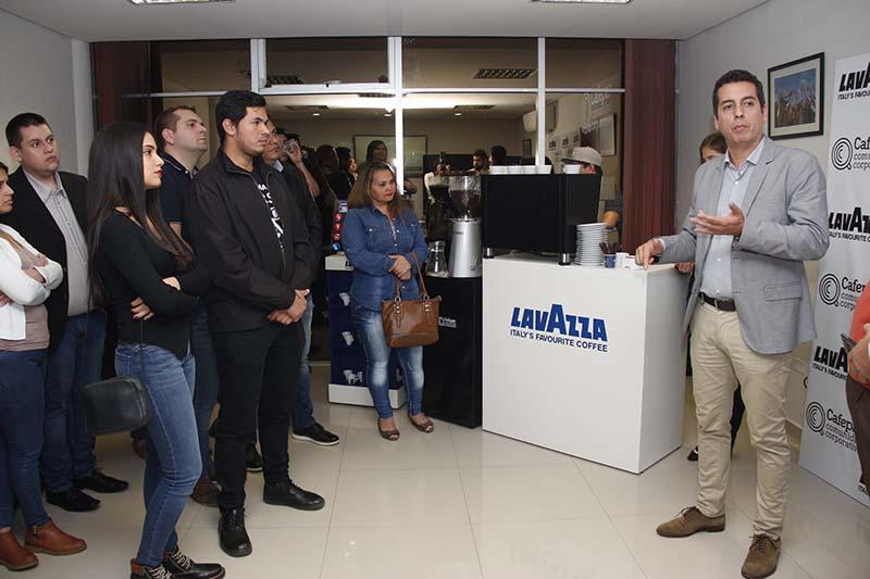 Matías Ordeix, gerente ejecutivo de Cafepar presentado las nuevas máquinas incorporadas por la empresa.