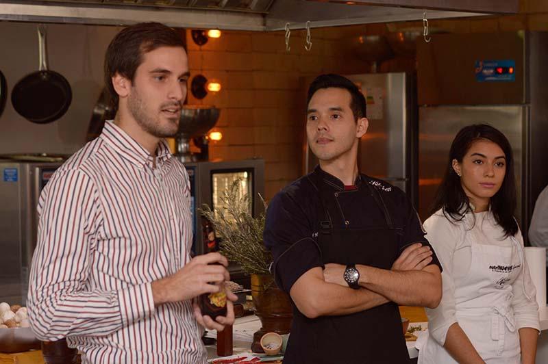 Nico Benavente, Brand Manager de Paulaner, junto a Hugo Caballero y Stela Martínez de Kitchen Lab, durante la degustación maridaje de Salvator.