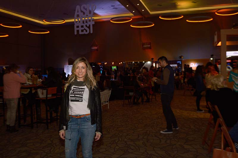 Laura Doldán, la creadora del Asu Coffee Fest posando aquí con el evento como telón de fondo.