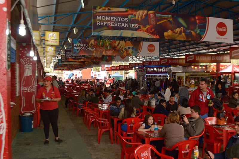 El patio de comidas de la Expo, reúne una gran variedad de ofertas gastronómicas de todo tipo.