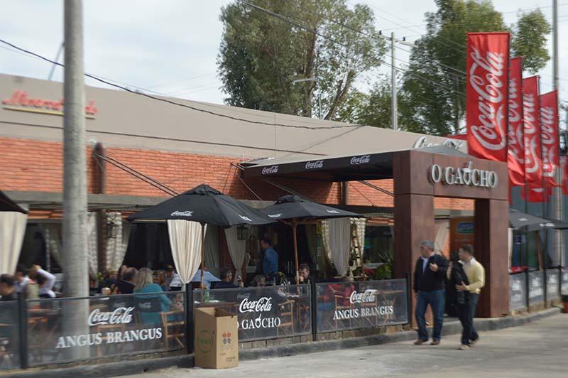 O Gaujcho, tiene ambientes al aire libre y en salones. Está abierto desde las 11:00 hasta la medianoche.