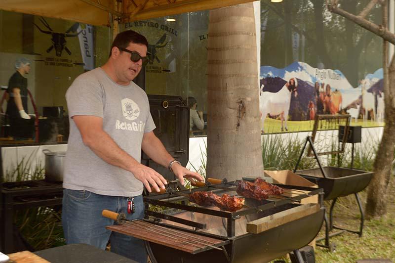 Pablo Pompa cocinando aquí el asado pero además exhibiendo las parrillas y los hornos que fabrica en Rota Grill.
