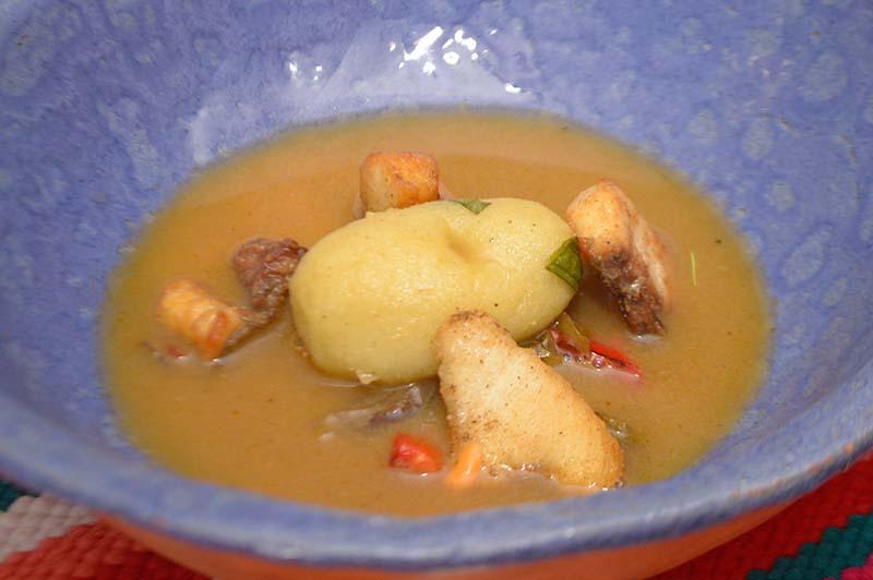 Bullabesa de Dorado, un plato de la cocina francesa pero elaborado con pescado de río. Es como un pirá caldo, pero más delicado.