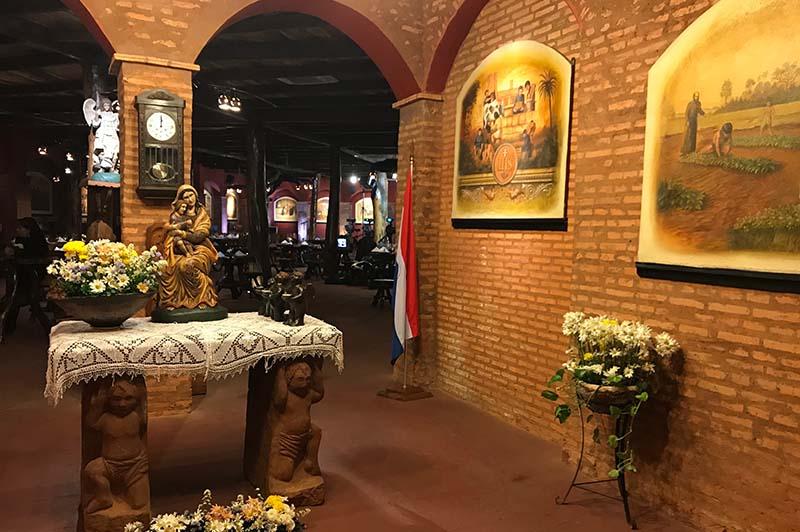La entrada al museo Mbororé. Imágenes con motivos religiosos, casi como un templo. Más allá el salón donde se lucen las pizzas.