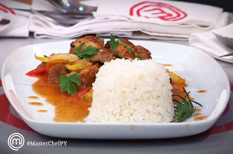Cerdo agridulce con arroz. El primer plato que recibió una felicitación por parte del jurado de MasterChef. Fue elaborado por Joseph. Foto del Facebook oficial de MasterChef Paraguay.
