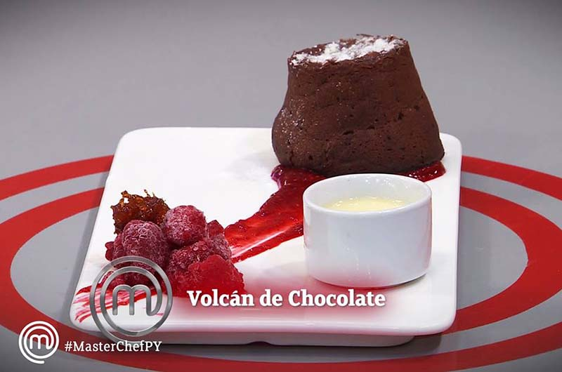 Volcán de chocolate, con crema inglesa y coulis de frambuesa. Cuatro entraron anoche en erupción en el programa.