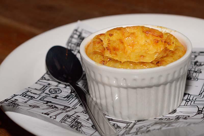 Otra de las novedades que tendrá el menú del local es la chipa guazú, servida en un molde ñembo soufle.