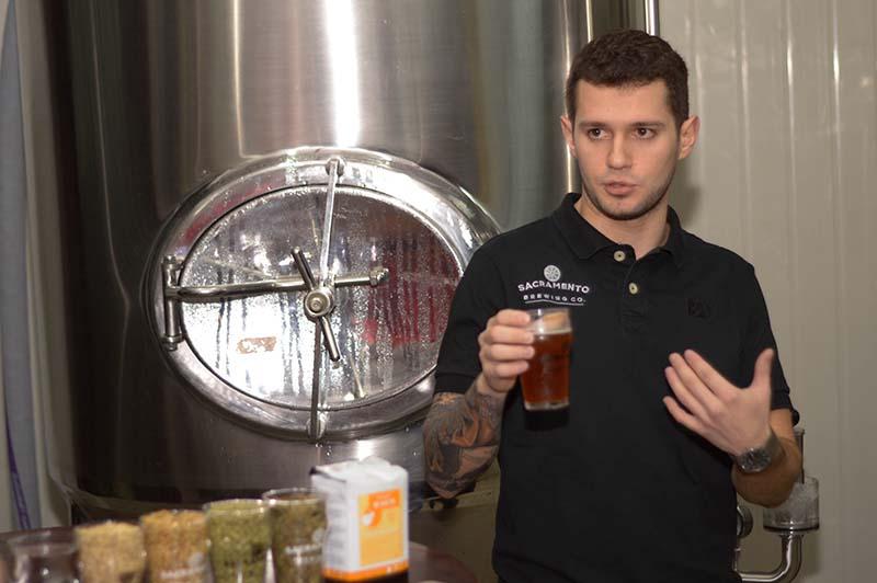 Manoli Dacak, propietario de Sacramento pero a la vez maestro cervecero, explicando como elabora Mensualero la primera cerveza con gusto a yerba mate.