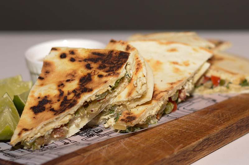 Estos son los sandwiches de pollo desmechado, salteado al limón con vegetales y en medio de pan árabe