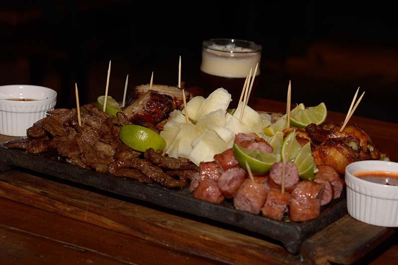 La parrillita que Sacramento incluirá en su próxima carta. Variedad de carnes, picaña incluída, chorizo toscano y una salsa picante elaborada a base de cerveza.