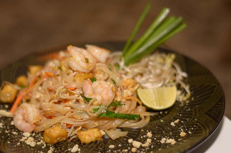 Pad Thai, tradicional plato tailandés, hecho a base de fideo de arroz. Impregnado de un delicado sabor dulce. Una verdadera delicia absolutamente recomendable.