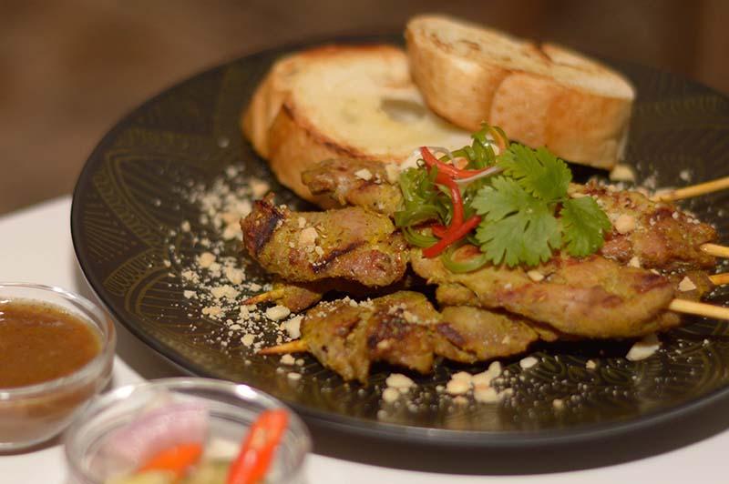 Satay, unos típicos asaditos que están marinados y asados con leche de coco. Se preparan con diferentes tipos de carne acompañados de salsas especiales.