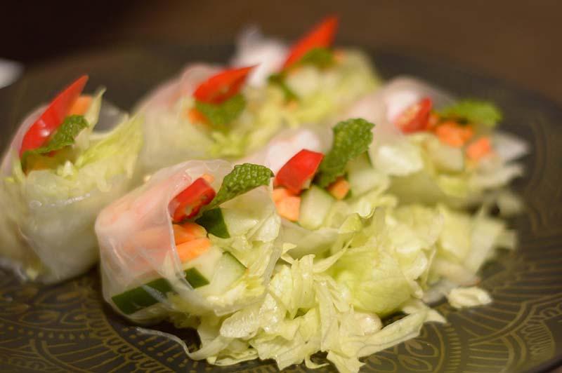 Parece un souvenir, son unos rollitos frescos con camarones y verduras envueltos con papel de arroz. Se sirve con una salsa que lo vuelve aun mas delicioso. Todo un acierto.