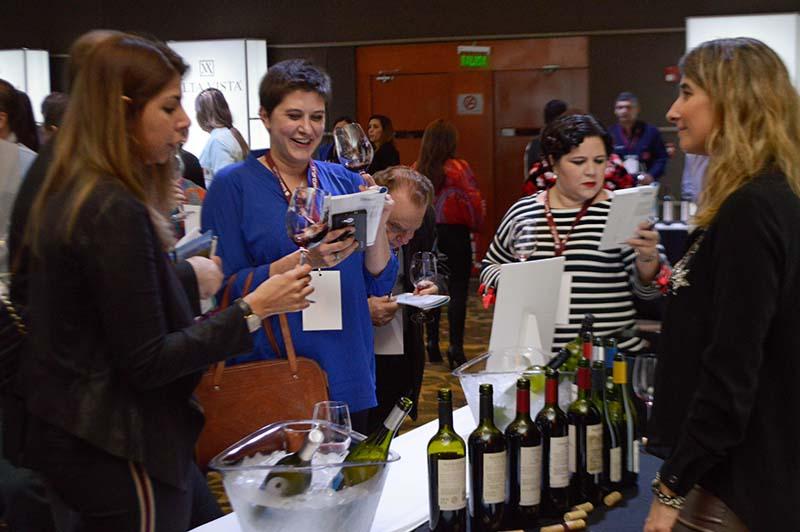 Profesionales, amantes y aficionados al vino se dieron cita para conocer las propuestas de las nuevas bodegas que quieren incursionar en el mercado paraguayo.