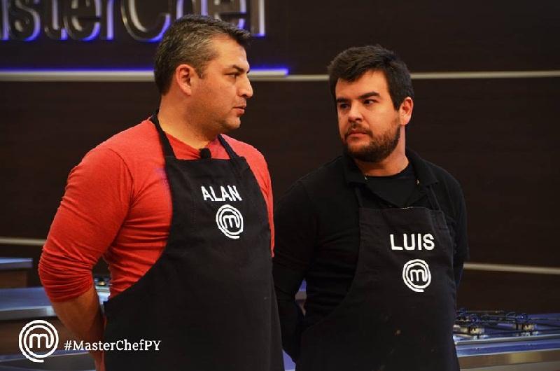 Cara de guerra entre Alan y Luis, quién quedó eliminado anoche. Quedan cinco candidatos para pelear por un lugar en las semifinales. Foto del Facebook oficial de MasterChef Paraguay.