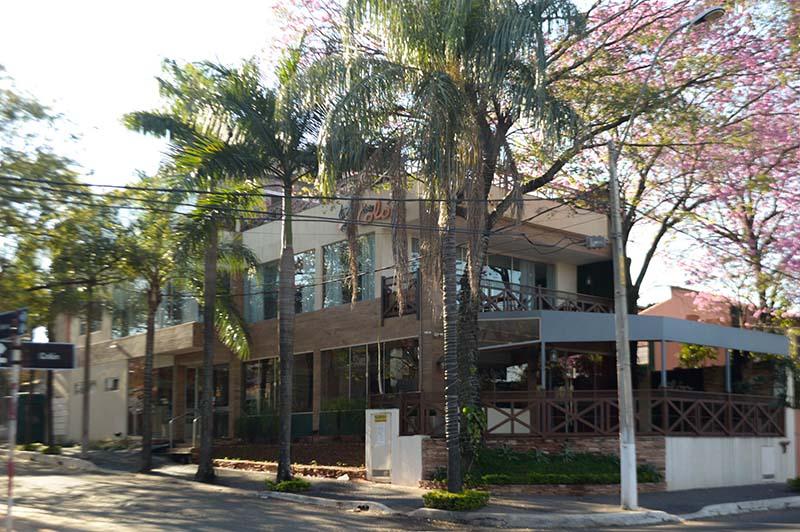 Sobre la calle Colón, muy cerca de lo que fue el cerro Tacumbú, está ubicado el restaurante Costa Colón. Un lugar dónde, para los locales gastronómicos, no vuela ni mosca. Con una infraestructura, de tres niveles, que puede lucir en cualquier zona de la ciudad.