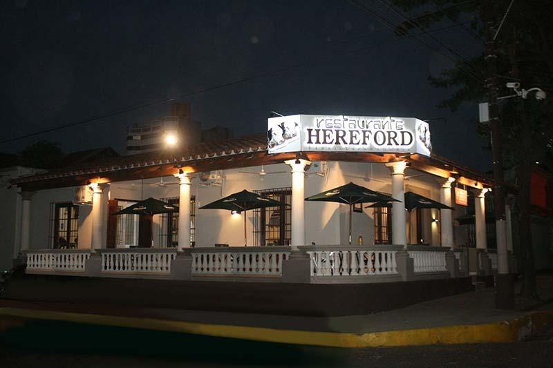 El restaurante Hereford, después de 14 años de vigencia en la Expo de Mariano Roque Alonso, se instaló en la tradicional esquina de San José y Juan de Salazar y asoció su tradicional parrilla paraguaya a la antigua y hermosa casona del lugar.