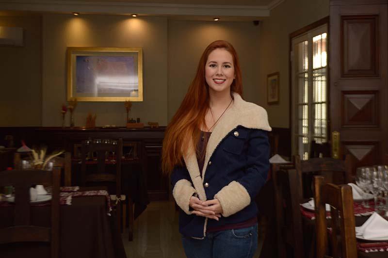Camila Bernal Lares Harbin, es la gerente propietaria del restaurant Hereford posando en el salón principal de la casona.