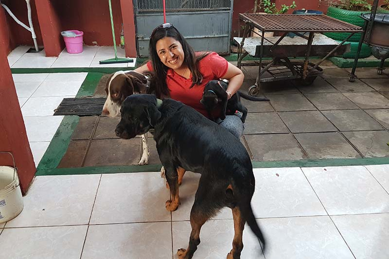 """María Liz vive con sus padres José Oscar Ocampos y María Aurora Muñoz y con sus mascotas. Ella se encarga de prepara la comida, también para sus """"amiguitos"""" como ella llama a los perros y gatos de la calle."""