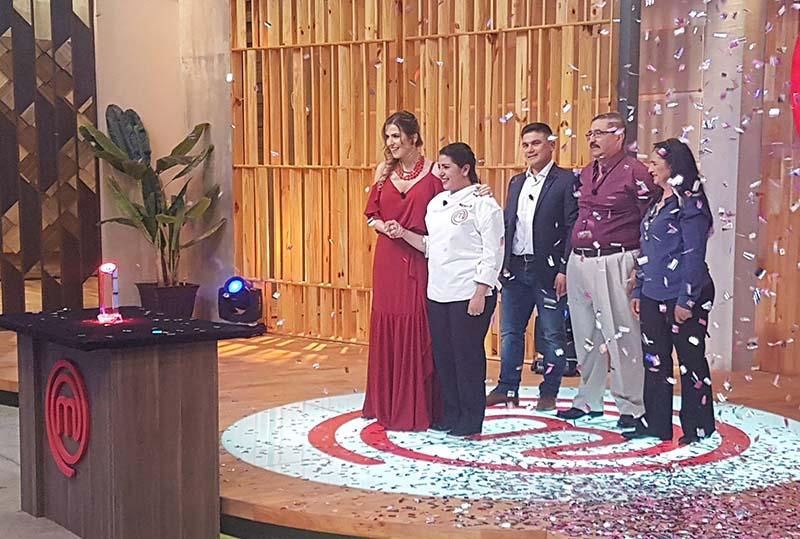 María Liz en el momento de la premiación en el MasterChef Paraguay, acompañada de sus padres y de su novio. Fue la justa y lógica ganadora.