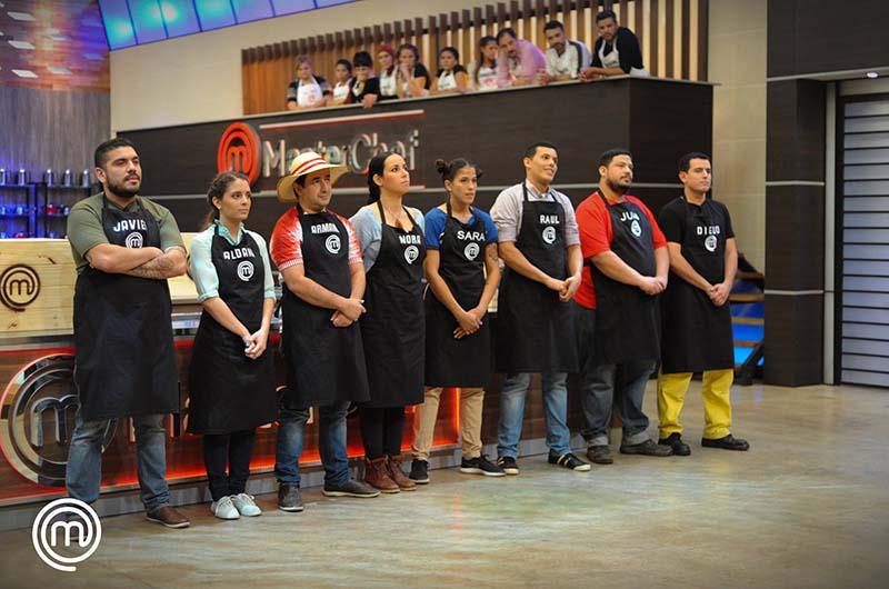 Los concursantes que llegaron a la primera ronda de eliminación. Se fue Javier, el primero de la izquierda. El programa promete mayores competencias gastronómicas. Foto del Facebook oficial.