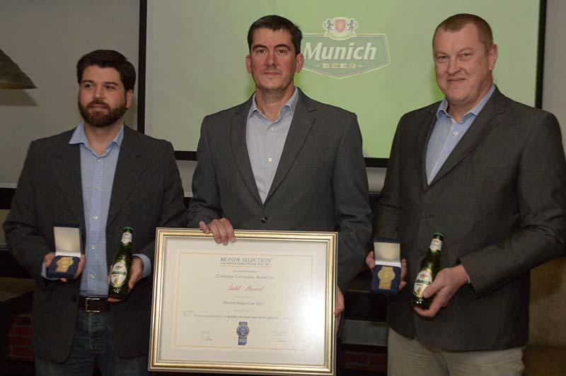 De izquierda a derecha, aparecen Francisco Palau, gerente de marketing; Marco Galanti, gerente general y Ricardo Steffen, maestro cervecero durante el anuncio realizado anoche.