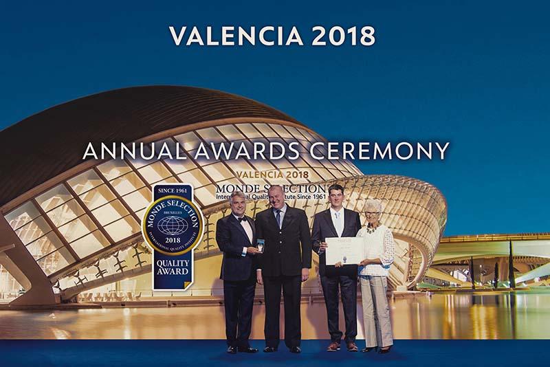 El maestro cervecero y el gerente general de la cervecería recibiendo los premios en la ceremonia realizada en Valencia, España.