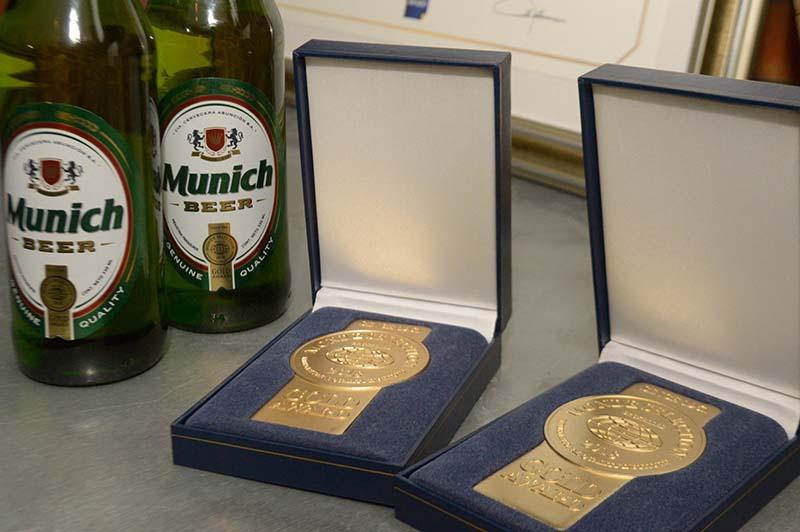 En primer plano la medalla de oro que recibió la cerveza Munich, junto a la botella con el nuevo packaging que aparecerá a fines de agosto.