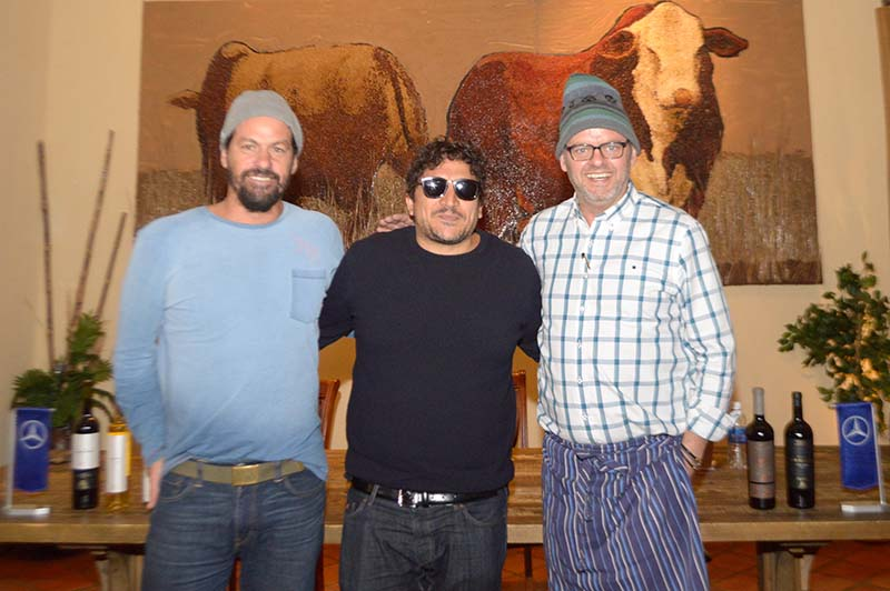 Mauro Colagreco, en el medio junto a Rodolfo Angenscheidt y Federico Desseno. Es el tercer mejor chef del mundo y esta noche y mañana cocinará en Tierra Colorada, junto a sus colegas.