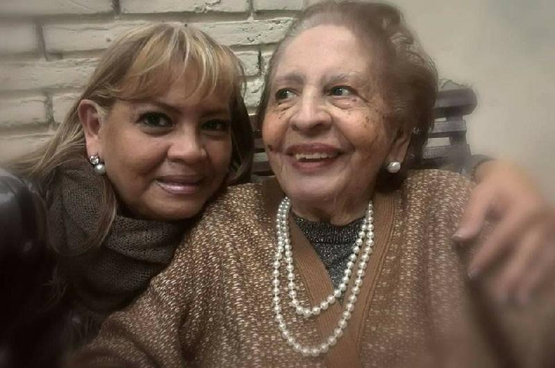 María de los Angeles de Villamayor en una de sus fotos más recientes. Aparece con su hija Marietta, quién sigue sus pasos profesionales.