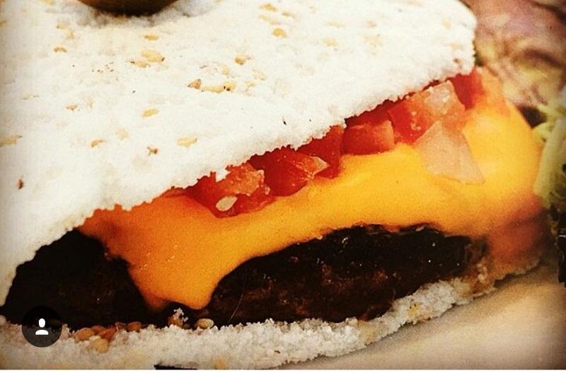 Esta es una hamburguesa que en vez de pan lleva una masa de tapioca.