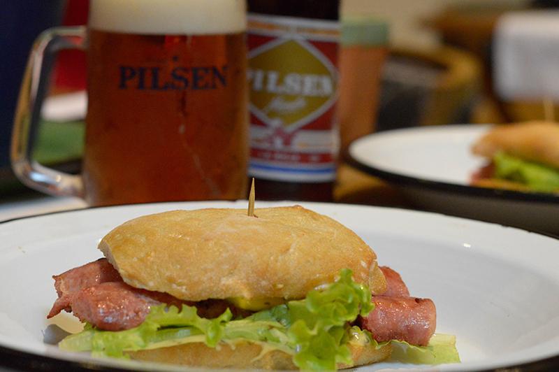 La idea de Ñande Pilsen La Roja es que se constituya en una cerveza que pueda ser maridada con producos gastronómicos. Aquí un choripan de Pozo Colorado ideal para acompañarla.