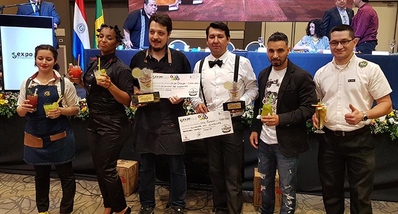 En la foto aparecen todos los participatnes del campeonato nacional de caipirinha.