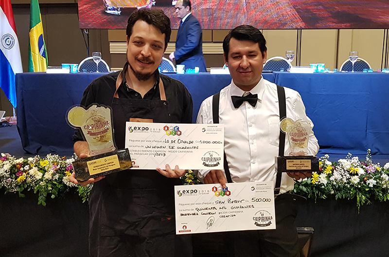 Los dos mejores. A la izquierda el ganador Enrique Garcia y a su lado, Gerardo Wottritch del Bar San Roque quién preparó la mejor caipirinha creativa.