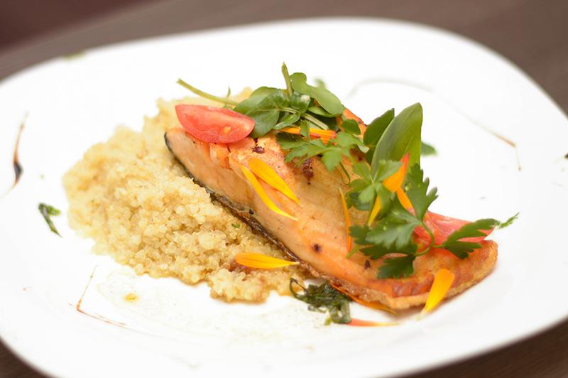 El Hotel Aloft renovó el menú de sus servicios gastronómicos. Aquí vemos un salmón al ron con falso risotto de quínoa. Una de las especialidades que sirven en el restaurante de planta baja.
