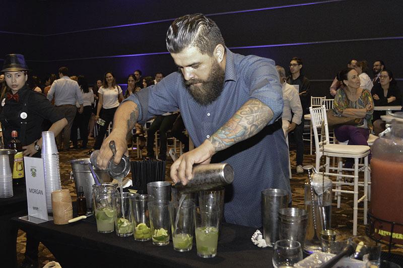 Diego Gaona, bartender de Morgan ganó el año pasado el título de campeón. En la foto de archivo, una muestra de la competencia del 2017.