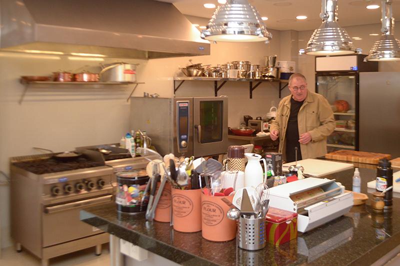 Chef Papá Marcos en medio de su cocina. Tiene todos los equipos que se precisan para elaborar cualquier tipo de plato.