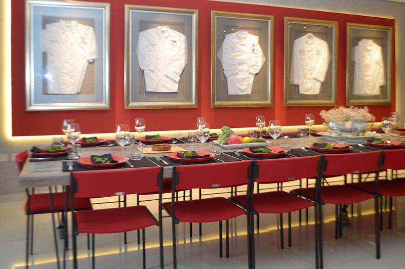 Las chaquetas de los lugares donde estudió Marcos Ismachowiez lucen enmarcadas contra la pared del salón del restaurante privado.
