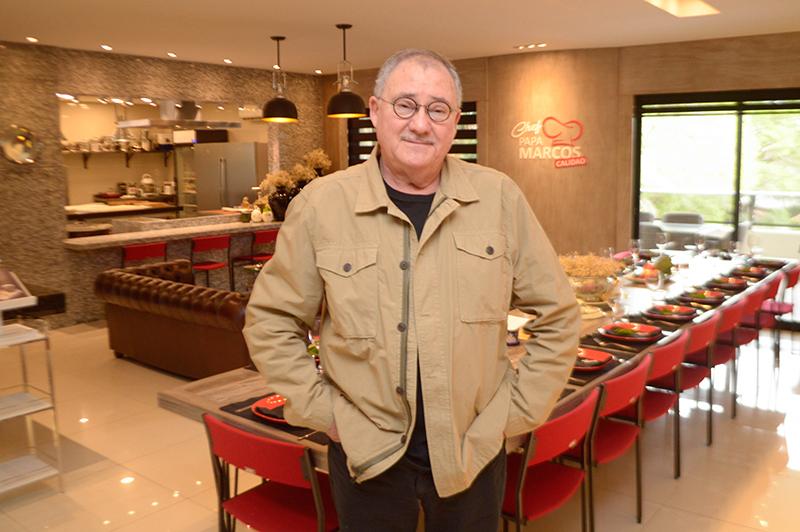 El chef Papá Marcos en medio de su restaurante privado. Allí recibe a sus familiares y amigos. Al fondo, se divisa parte de la cocina que está equipada como ninguna otra.