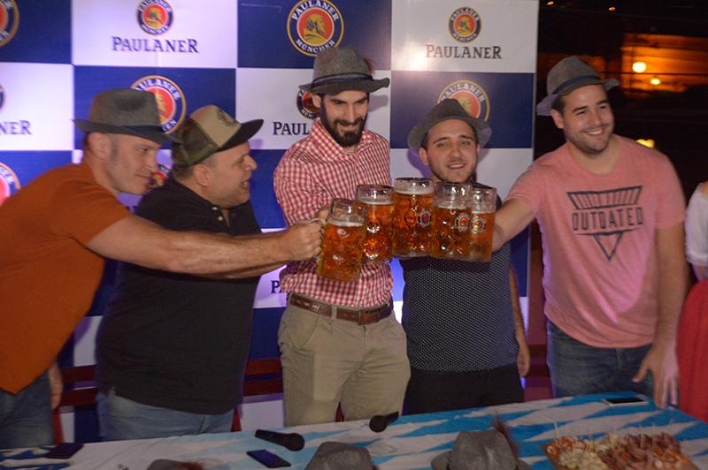 El jueves se realizó el lanzamiento del Oktoberfestbier Paulaner. En la foto aparecen, de izquierda a dereche, Roger Careaga, titular del AMCHA, Macizo Torres, presentador; Nico Benavente, brand manager y los que ganaron una promoción para asistir a la Oktoberfest de Munich, Alemania.