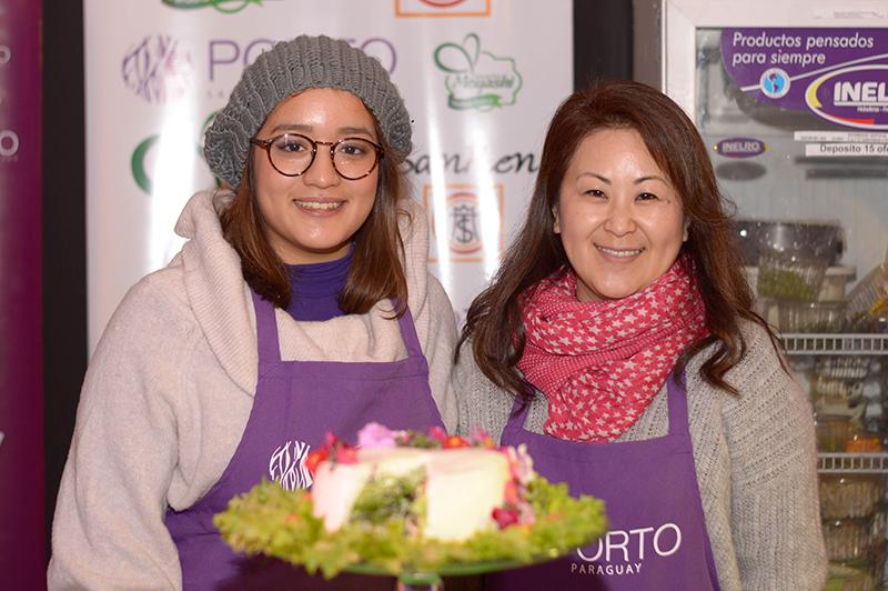 Saoki y Mika Nishijima, sobrina y tia exhibiendo la torta de ensaladas presentada en Paladar.