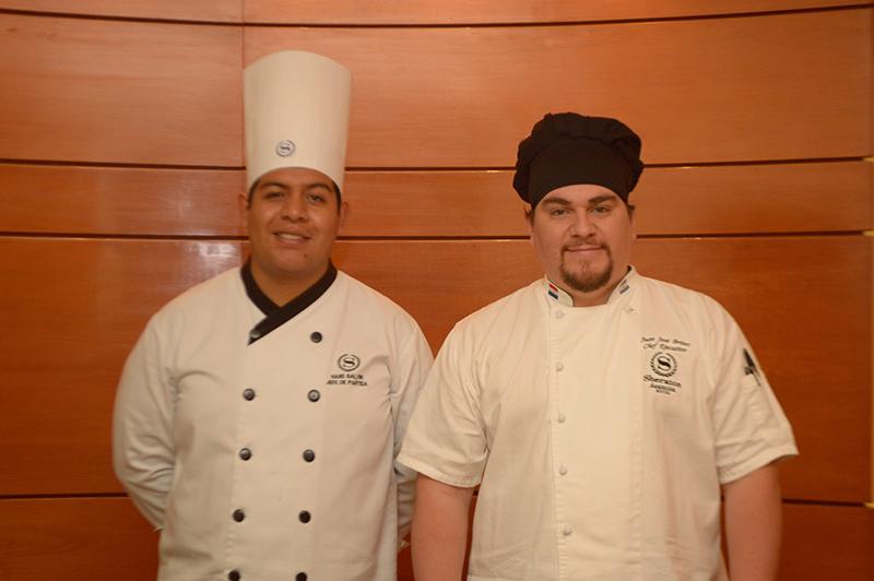 A la izquierda, Hans Balvin, chef del Hotel Sheraton, Lima y Juan José Brítez, chef del Hotel Sheraton Asunción.