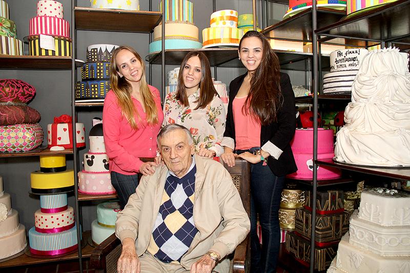 Paolo Pederzani aparece en esta foto de archivo, posando junto a tres de sus hijas, con el entorno de Il Cafe De la Casa Pederzani.