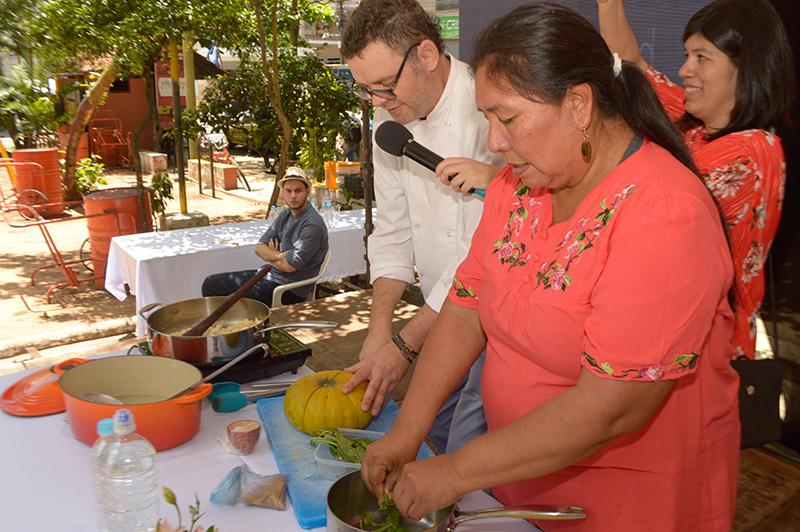 Daniela Benítez, cocinera nivaclé elaborando junto a Rodolfo Angenscheidt, una receta para el cambio. Fue para recordar el Día Mundial de la Alimentación.
