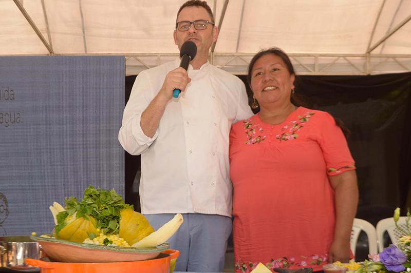 Rodolfo y Daniela y el plato que prepararon en el frente.