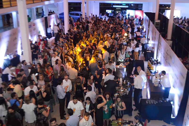 Así lució anoche el Drink&More. El Centro de Convenciones Mariscal estuvo repleto de gente. Pero no llegaron a vender todas las entradas disponibles.