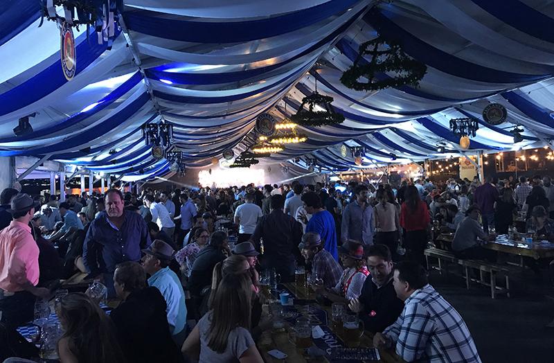 Una multitud llenó anoche la carpa Paulaner en la costanera. A la intemperie también había mesas llenas.