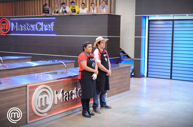 Karen y Armando fueron eliminados anoche de MasterChef. Por primera, dos en el mismo programa. No cumplieron con la consigna de preparar un Bife de Chorizo a caballo. Foto del Facebook oficial.
