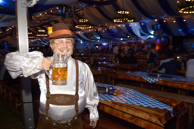 Sorprendimos a este personaje, ataviado con un traje típico alemán. Con un acento y una panza postizas, pero tomaba igual que los alemanes.
