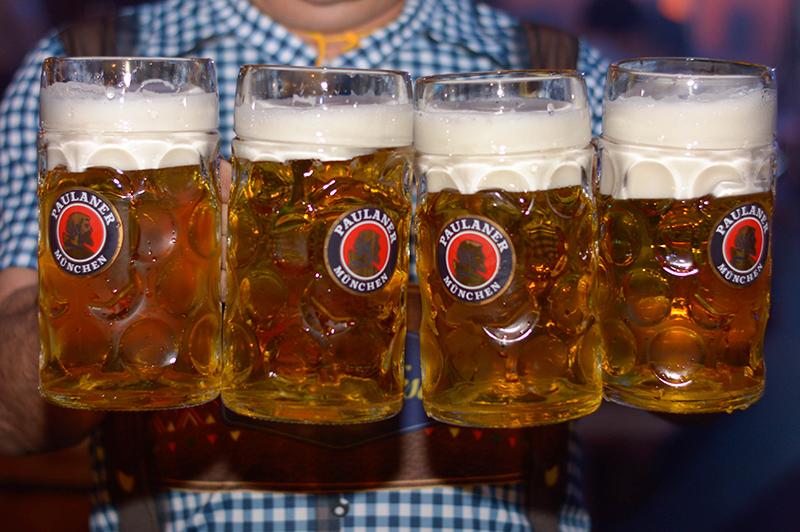 Por el precio de la entrada, los adquirentes recibían una manija oficial de Paulaner y el contenido de un litro de cerveza.